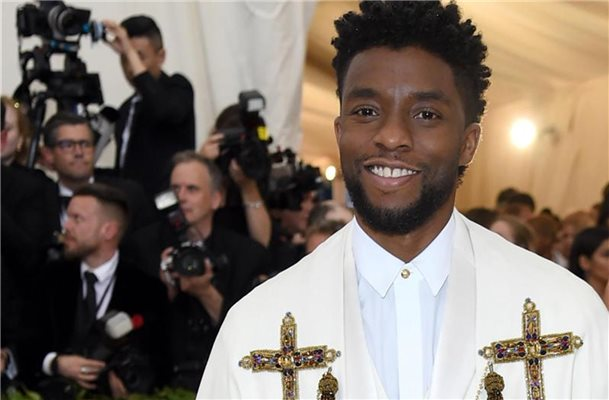 "Chadwick Boseman bei der ""Met Gala"" 2018 im Metropolitan Museum of Art (Met) unter dem Motto ""Heavenly Bodies: Fashion and the Catholic Imagination"". Foto: Evan Agostini/Invision/AP/dpa"