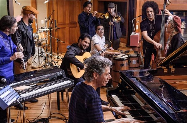 "Chick Corea mit seiner ""Spanish Hearts Band"". Foto: Mad Hatter Studios"