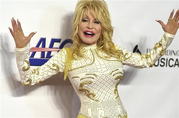 "Dolly Parton ""dekoriert"" Narben mit Tattoos"