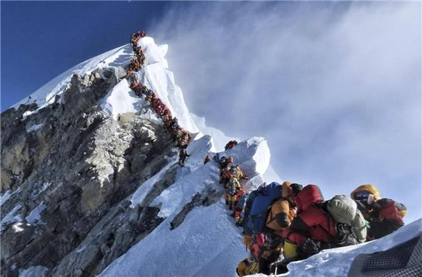 Eine lange Schlange von Bergsteigern steht am Mount Everest. Foto: Nirmal Purja/Nimsdai Project Possible/Ap