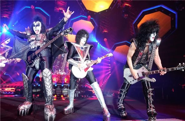 Gene Simmons (l-r), Thommy Thayer und Paul Stanley in der Arena Leipzig. Foto: Sebastian Willnow