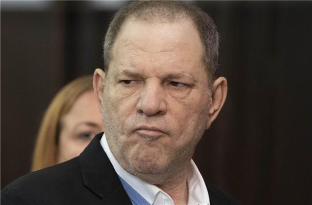 Frauen protestieren in Bar gegen Harvey Weinstein