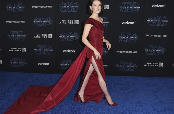 Lady in Red: Daisy Ridley. Foto: Jordan Strauss/Invision/AP/dpa