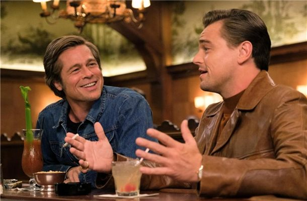 "Leonardo DiCaprio (r) als Rick Dalton und Brad Pitt als Cliff Booth in einer Szene des Films ""Once Upon a Time in Hollywood"". Foto: Sony Pictures Entertainment/dpa"