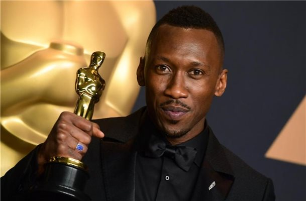"Mahershala Ali mit seinem Oscar für ""Moonlight"". Foto: Ian West/Press Association/dpa"