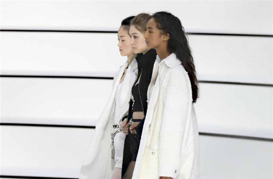 Minimalistische Outfits bei Chanel in Paris. Foto: Vianney Le Caer/Invision/AP/dpa