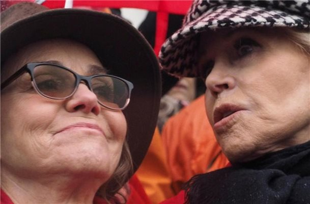 "Sally Field (l) und Jane Fonda beim ""Fire Drill Fridays""-Protest in Washingston. Foto: Sue Dorfman/ZUMA Wire/dpa"