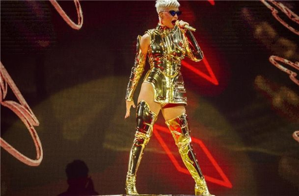 "US-Popstar Katy Perry bei einem Konzert ihrer Tour ""Witness"" 2018 in Perth. Foto: Tony Mcdonough/AAP/dpa"
